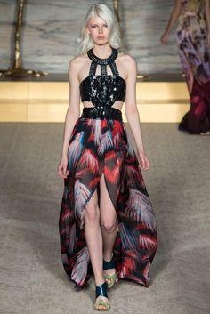 Matthew Williamson Primavera-Verano 2015: glamour con mucha personalidad. Conjunto de top brillante negro y falda con estampado geométrico en color.