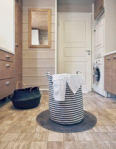 rice basket, laundry basket, house doctor, kodinhoitohuone, hirsitalo, laundry, pyykinpesu, laattalattia puunsyykuvio, lattialaatta up,
