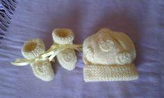 completo di lana cappellino e calzini giallo paglierino con cuoricini. Lavorazione a ferri