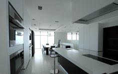 Cuisine à l'américaine ouverte sur la salle à manger et la terrasse réalisée par les cuisines et les bains d'Alexandre - Architecte d'intérieur et coordinateur de travaux : Anys SEDKAOUI - Kitchen