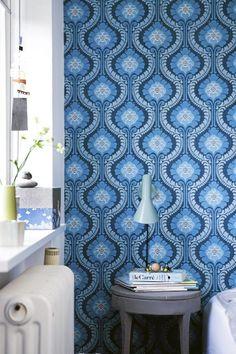 De sterke blåtonene kombinert med ulike mønstre i sengetøy og ...