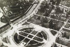 Strasbourg : place de la République - vue aérienne ancienne. © Archives de Strasbourg (112 Z 2/51)  Cette vue aérienne de la place de la République enneigée n'est pas datée mais elle a probablement du être prise après 1918 car la statue équestre de l'empereur allemand n'est plus en place et avant 1936 car le monument aux morts de Léon-Ernest Drivier n'est pas encore installé en son centre.