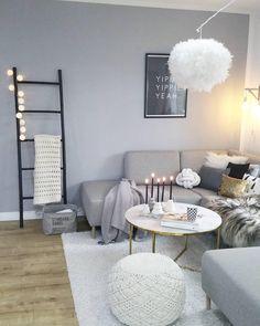 Das Highlight dieses grauen Traumwohnzimmers? Eindeutig der Couchtisch Antigua! Marmor ist Magie, denn nicht umsonst ist das Material seit der Antike Liebling von Kunst und Interior. Doch anstelle des empfindlichen Natursteins ist Couchtisch ANTIGUA aus einer pflegeleichten Glasplatte in Marmor-Optik gefertigt. // Wohnzimmer Sofa Kissen Pouf Fell Grau Grey Weiss Marmor Marble Couchtisch#WohnzimmerIdeen @sinas_home