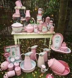 Mijn roze emaille verzameling pink enamelware ~Jadore Vintage pink enamelware.