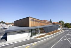Sports Center Stopiče / Jereb in Budja arhitekti <br> Completed in 2011 in Yemen. Images by Blaž Budja. Sports Center Stopiče is located in a small village near the town of Novo Mesto, which is the capital of Dolenjska region. This project offers a new. Gymnasium Architecture, Architecture Design, Timber Architecture, Sports Complex, Kids Diet, Modern Buildings, Gallery, Sport Design, Arch Building