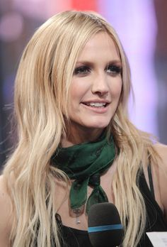 Latest hairstyles of Ashlee Simpson. Check her latest hair trends and haircuts. Many pictures of celebrity hairstyles and Ashlee Simpson hair. Sandy Blonde Hair, Dyed Blonde Hair, Dye My Hair, Long Hair With Bangs, Long Hair Cuts, Long Hair Styles, Which Hair Colour, Hair Color, Celebrity Hairstyles