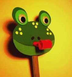 Your kids will love this game! Above all, boys love crafts that move. This frog craft is suitable for young craftsmen from 3 years. It is designed to reinforce the letter F and easily without using a pair of scissors, glue or paint. This happy frog Daycare Crafts, Preschool Crafts, Crafts For Kids, Arts And Crafts, Craft Stick Crafts, Craft Kits, Frog Activities, Party Blowers, Frog Theme
