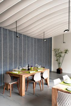 Wooden Ceilings With Wavy And Sophisticated Designs Wooden Ceiling Design, Wooden Ceilings, Ceiling Decor, Cabinet D Architecture, Interior Architecture, Commercial Design, Commercial Interiors, Restaurant Interior Design, Home Interior Design
