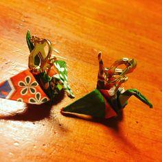 折り紙で簡単折り鶴イヤリング!! とても簡単!まず! 折り紙で鶴を作ってニスのスプレーなどでコーティング100均で買ったイヤリングの部品をつけて完成!