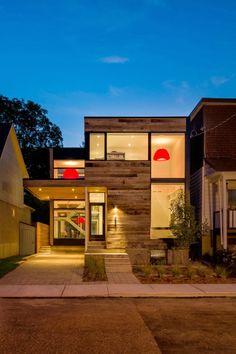 Casa Moderna de Dos Pisos con Grandes Superficies Acristaladas