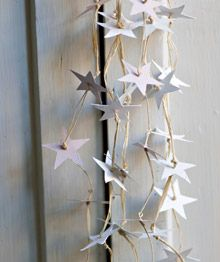 Paper Stars Threaded with Twine 40 DIY Home Decor Ideas That Aren't Just For Christmas Decoration Christmas, Noel Christmas, Christmas And New Year, All Things Christmas, Winter Christmas, Christmas Ornaments, Navidad Diy, Star Garland, Theme Noel