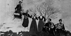 """Χορός Κρητών-Λύρα παίζει ο Αλέκος Καραβίτης. Από τη σελίδα """"ΜΟΥΣΙΚΗ ΠΑΡΑΔΟΣΗ ΚΡΗΤΗΣ"""""""