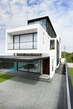 Park + Associates designed the Alnwick Road #House, located in Singapore.