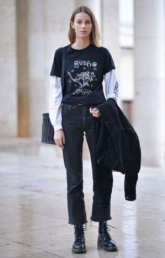 A Sobreposição de t-shirts ganha uma pegada rocker com coturnos e t-shirts descolex.