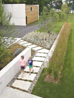 Kleingarten anlegen Ideen Rasenfläche schmal Pflastersteine