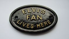 ELVIS FAN LIVES HERE  - HOUSE DOOR PLAQUE WALL SIGN/GARDEN WITH GOLD LETTERING