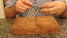 É possível equilibrar dez pregos na ponta de um? E equilibrar um garfo e uma colher na ponta de um palito de