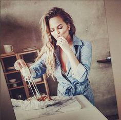 After offering up husband John Legend's underwear in exchange for brown bananas, Chrissy Teigen now shares her famous banana bundt bread recipe. Chrissy Teigen Cookbook, Chrissy Teigen Recipes, Cooking Photos, Cooking Tips, Girl Cooking, Crissy Tiegen, Chrissy Teigen John Legend, Banana Bundt, Recipe Cover