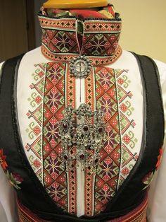 Beltestakkskjorte-med-Bøheradsring-med-røde-steinar_galleryfull.jpg (480×640)