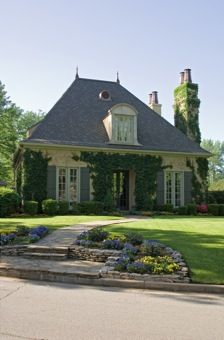 Formal french country house facade with courtyard ad - Maison familiale citadine jack arnold ...