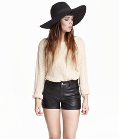 5-pocket shorts in imitation leather with a high waist and sewn cuffs at hems. Soft, brushed inside.