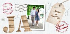 """Stoere trouwkaart met linnen achtergrond met allemaal losse elementen als stempels, foto, label met jullie namen, knoopje en houten letters 'JA""""."""
