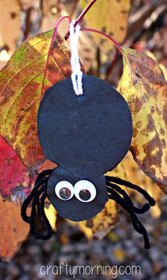 Easy Yarn Spider Craft for Kids #Halloween craft for kids | CraftyMorning.com