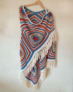 Chal confeccionado a ganchillo. Está formado por la unión de varios granny square gigantes, trabajados con hilo de algodón.
