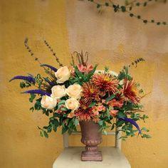 """1 curtidas, 0 comentários - Floristas por Caroline Piegel (@asfloristas) no Instagram: """"Momento de ressignificar, olhar pra dentro e ver se tudo que está acontecendo faz sentido pra…"""" Floral Wreath, 1, Wreaths, Plants, Instagram, Design, Home Decor, Florists, Everything"""