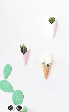 DIY Plantenhangers in de vorm van ijshoorntjes. Super schattig voor de kinderkamer in de zomer! // via The Joy of Plants