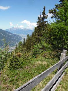 Wandern in der Ferienregion Lenzerheide mit Ausblick ins Churer Rheintal.  www.hotelauszeit.ch www.facebook.com/hotelauszeit www.instagram.com/hotelauszeit