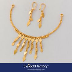 Sunshine in the time of hard rain. A necklace that employs katai barfis and raindrops in a merry cadence to give the ornament dazzle at the lightest possible weight, and uses the sun-ray arrangement of the x-phul chains to great effect for more coverage. Matched danglers and necklace, both handmade in natural yellow 22K gold.