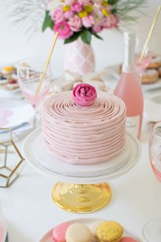 Host a lovely Mother's Day Brunch to celebrate your MOM! We are sharing an easy and delicious brunch menu and lovely decor ideas! Mothers Day Cakes Designs, Mothers Day Cupcakes, Mothers Day Desserts, Mothers Day Decor, Mothers Day Brunch, Happy Mothers, Brunch Decor, Brunch Menu, Festa Party
