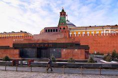 Exterior do Mausoléu de Lênin, na Praça Vermelha, encostado nas muralhas do Kremlin