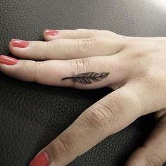 minimal finger feather tattoo küçük parmak tüy dövmesi
