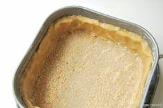 Todos nos hemos encontrado alguna vez, que al preparar una tarta de masa de hojaldre (o brisa, o quebrada...) y rellenarla con fruta fresca,para evitar ese problema: cubriremos el fondo de la tarta con una fina capa de pan rallado, que absorverá la humedad de la fruta al hornearse y la tarta quedará con un fondo crujiente.