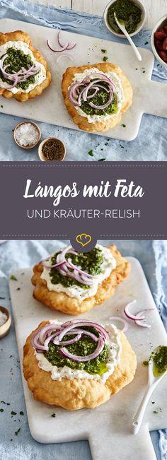 Ungarische Lángos lassen sich nach Belieben verfeinern. Hier werden die Hefeteigfladen mit Fetacreme und einem würzigem Kräuter-Knoblauch-Relish belegt.