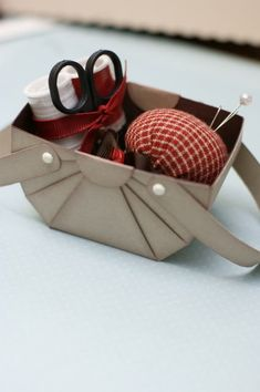 DIY little basket Diy Projects To Try, Crafts To Do, Diy Crafts, Sewing Baskets, Gift Baskets, Paper Cards, Diy Paper, Paper Basket, Egg Basket
