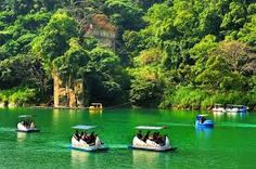 Bitan is one of the eight famous attractions in Taiwan which is near by MRT Xindian station and a good place for people to relax and enjoy their weekend. Experience the uniqueness of Bitan Scenic Area! New Taipei City, Attraction, Golf Courses, Relax, Nature, River, Places, Taiwan, Outdoor