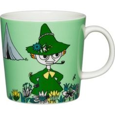 The Arabia Moomin Snufkin Mug brings to life this character found in the Finnish book by Tove Jansson. This porcelain mug features a beautiful and colorful illustration of this unique character to enjoy while sipping your favorite beverage. Moomin Shop, Moomin Mugs, Nordic Design, Scandinavian Design, Troll, Moomin Valley, Green Mugs, Tove Jansson, Porcelain Mugs
