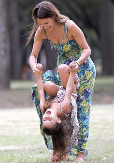 Pampita jugando con su hija en sus días felices.