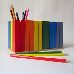 Pastelníkovník - tužkovník - duhový Originální dřevěný dvojitý pastelníkovníkzdobený nalepeným malým plotem v barvě duhy. Plot je ruční výroba, nestejná výška jednotlivých dřevíček je záměrem. Velikost: 21,5 x 12,5 x 11,5 cm Office Supplies