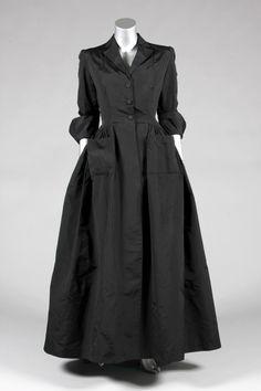 Una costura de Balenciaga de noche de seda negro o abrigo deshabille, finales de 1940, París etiquetado, con hombreras, abotonar hasta la cintura, bolsillos grandes, puños con alas, la cintura se curva ligeramente hacia la parte posterior, con la falda bien recogido, lazos cintura, busto 97cm , 38in, 71 cm de cintura, 28in - See more at: http://kerrytaylorauctions.com/archive-list/?id=63&sts=archive&paging=4#sthash.UUjLrFou.dpuf