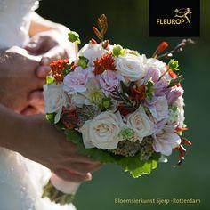 Rond trouwboeket in zachte tinten met oranje accenten. In dit bruidsboeket zitten o.a. rozen, vetkruid en anjers. Dit boeket is gemaakt door Fleurop Bloemist Bloemsierkunst Sjerp uit Rotterdam. Rotterdam, Jewelry, Jewlery, Jewerly, Schmuck, Jewels, Jewelery, Fine Jewelry, Jewel