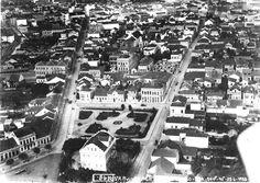 Vista aérea de Curitiba. Em primeiro plano, a Escola Alemã e a Praça 19 de Dezembro, em 1935. A Rua Riachuelo encontra-se à direita da imagem e a Barão do Serro Azul, à esquerda.