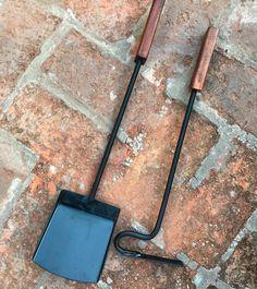 Parrilla timbal herramientas Fireplace Set, Fireplace Tools, Bbq Grill, Grilling, Range Buche, Custom Bbq Pits, Log Holder, Desk Light, Metal Projects