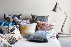Decorare con i tessuti  IMOGEN HEATH Allegria in camera da letto, anche se minimal. I cuscini con i loro rivestimenti colorati ed eventualmente a tema costituiscono uno strumento semplice ed economico per cambiare aspetto alla casa nel corso delle stagioni.