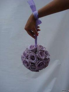 #bouquet a sfera da polso sui toni del #lilla Bouquet, Gallerie, Bridal, Floral, Flowers, Wedding, Tips, Valentines Day Weddings, Bouquet Of Flowers