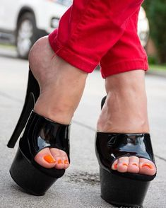 I luv da the heels stand out like this, it makes me wanna stare and fantasize of what I can possibly do Very High Heels, Hot High Heels, Platform High Heels, Platform Mules, High Heels Outfit, High Heel Boots, Heels Outfits, Beautiful High Heels, Gorgeous Feet
