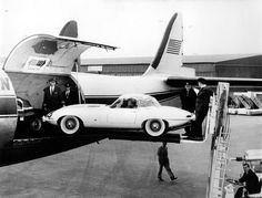 Jag XK E type going on vacation. Old Lorries, Cargo Airlines, Jaguar E Type, Motorcycle Design, Train Car, Fighter Jets, Aviation, Classic Cars, Automobile